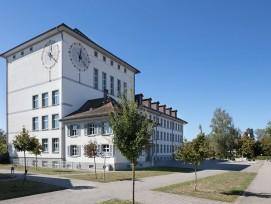 Innerhalb des Bildungszentrums Kreuzfeld nimmt das von Hans Klauser 1928 bis 1930 realisierte und kürzlich fachgerecht renovierte Schulhaus eine prominente Rolle ein.