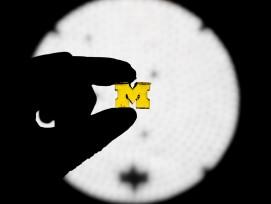 Die neue Technik des 3D-Drucks verwendet zwei Lichtquellen, um die Erstarrung des Harzes zu steuern, sodass komplexe Formen mit einer 100-fachen Druckgeschwindigkeit aus einem Bottich gezogen werden können.