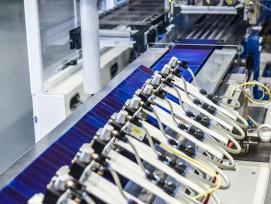 Der industrielle Zell-Stringer am Fraunhofer-Institut ermöglicht auf Basis einer neuen Klebetechnikdie kostenoptimierte Produktion von Schindelstrings.