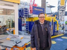 Erwin Stadler vor der Gewässerschutzanlage, die auf Baustellen eingesetzt wird.