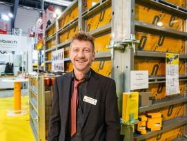 Verkaufsleiter Patrik Hug vor der «CosenzForm»-Rahmenschalung.