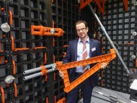 Massimo Gionfriddo stellte das extraleichte Kunststoff-Schalungssystem vor.