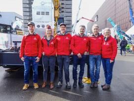 Marco Rohrer, Julia und Hansheini Dillier, Hans Rieder, Heini und Sonja Dillier, (von links) vor dem neuen raupenfahrbaren Schnellmontagekran Hup C40-30.