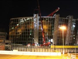 In der Nacht auf Donnerstag wurden Teile der Schutzwand des ersten der sechs Gebäude von «The Circle» rückgebaut.
