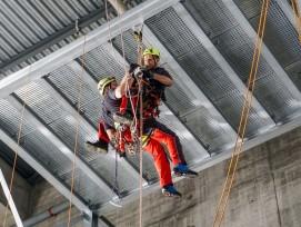 Bei Höhenrettungen zählt jede Minute: Wenn jemand zu lange im Auffanggurt hängt, drohen schwere gesundheitliche Folgen.