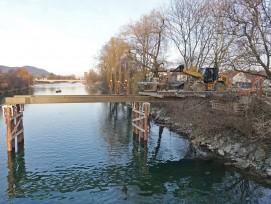 Die provisorische Brücke für das Turnfest in Aarau wurde diese Woche errichtet.