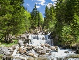 Bei Hochwasser besteht Verklausungsgefahr durch mitgeführtes Holz. Löst sich die «Verstopfung» bei grossem Druck, stürzen die angestauten Wassermassen und Materialien unkontrolliert ins Tal.