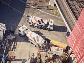 LKWs von Lafarge Holcim bei Arbeiten am Andreas Tower