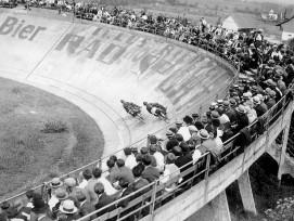 Ein Foto aus der guten alten Zeit des Bahnradsports, als die Rennbahn Oerlikon noch ausverkauft war und die Motorradfahrer des Steherrennens Militärhelme trugen.