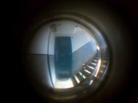Türspion mit Blick ins Treppenhaus