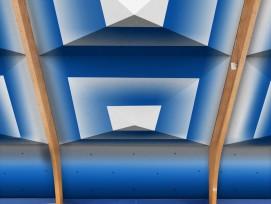 Tennisfans schwingen den Schläger künftig unter einem Textil-Himmel: Visualisierung einer sanierten Tennishalle mit dem Dämmelement «Schirm».