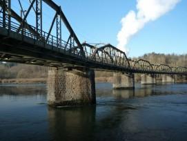 Die einspurige Bahnbrücke über die Aare zwischen den Stationen Koblenz und Felsenau ist 236 Meter lang