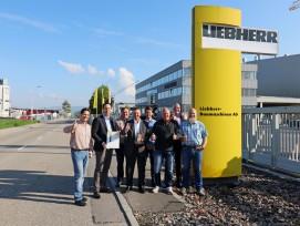 Daumen hoch bei der Liebherr-Baumaschinen AG (v.l.n.r.): Reto Studer (Leiter Marketing), Peter Misteli (Kaufm. Leiter/Geschäftsleitung), René Klaus (Spartenleiter Betontechnik), Marcel Hartl (Geschäftsführer/Direktor), Pascal Rieder (Technischer Ve