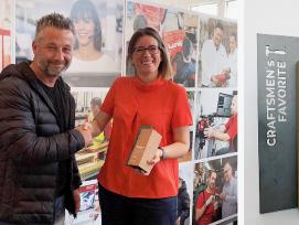 Veronika Schnabel, Head of Marketing (rechts) darf den «Craftsmen's Favorite»-Award in der Kategorie «Werkzeuge» aus den Händen von Baublatt-Regionalverkaufsleiter Patrick Huser entgegennehmen.