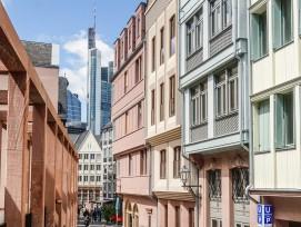 Die «Neue Altstadt» in Frankfurtglänzt fast so wie die Skylinedes Bankenviertels im Hintergrund.