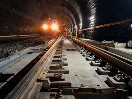 Beim Lötschberg-Scheiteltunnel wird bis Ende 2022 eine feste Fahrbahn eingebaut und ein neues Entwässerungssystem installiert.  Das Gewölbe des 1913 eröffneten Tunnels ist aber in gutem Zustand. Die Arbeiten sollen bei vollem Betrieb ausgeführt werden.