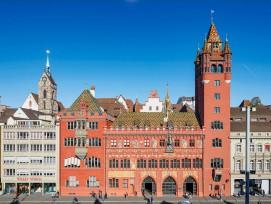 Das Basler Rathaus zeigt deutlich ablesbar drei Bauphasen. 1504–14 entstand der ursprüngliche Teil mit den Arkaden. 1606–08 wurde die Vordere Kanzlei gebaut, die sich links nahtlos an die Arkaden anschliesst. 1900–01 folgten die Neue Kanzlei ganz li