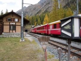 Das Bahnhofsgebäude Spinas der Rhätischen Bahn wird verschoben.