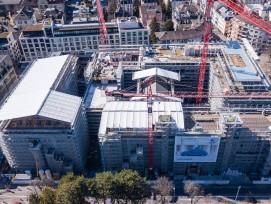 Das Projekt aus der Vogelperspektive: Diedrei historischen Bauten, im Bild vorne, linksund in der Mitte, werden umfassend saniertund um einen u-förmigen Neubau erweitert.