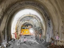 Der 172 Meter lange Giarsuntunnel wird komplett erneuert. Für die ersten110 Meter ist ein zweischaliges, hufeisenförmiges Normalprofil vorgesehen, dessen Innenschale alle zehn Meter durch Fugen getrennt ist.