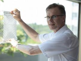ProfessorStefan Schäfer,Leiter des Instituts für Konstruktives Gestalten und Baukonstruktion, demonstriert mit dem Prototypen, wie der Sonnenschutz funktioniert.