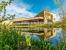 Aus Lehm und Holz:das Besuchszentrum der Volgelwarte Sempach.