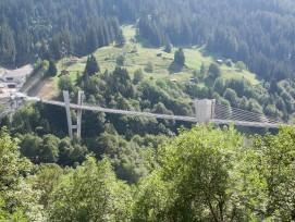 Eine Aufnahme von 2006 zeigt die Sunnibergbrücke zwischen Serneus und Klosters Dorf mit dem Südportal des Gotschnatunnels im Hintergrund.