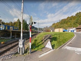 Die Kantonsstrasse vom Bahnübergang Hackenrüti (im Bild) am Dorfeingang bis zum Bahnhof Wolhusen ist in einem schlechten Zustand. Laut Luzerner Regierungsrat ist auch die Verkehrssicherheit insgesamt ungenügend.
