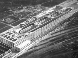 Historische Aufnahme des Fiat-Fabrikgebäudes in Turin im Jahr 1928.