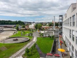 Der neue Anbau bietet einen Ausblick auf den öffentlichen Park mit dem einstigen Klärbecken, das Stahlwerk, die Wohnquartiere und den umgenutzten Fabrikbau 744.