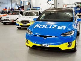 Die Alarmpikett-Fahrzeuge der Basler Polizei. Vorne der besagte Tesla, dahinter seine Vorgänger: BMW (1985), Opel (1997) und Mercedes (2013).