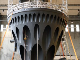 Eine Konstruktion aus vier Sagexteilen bildet die Basis von Rohrwerk. Hier ein Bild vor der Generalprobe – am Standort am Kunstmuseum wird das Ganze durch eine Stoffröhre auf 45 Meter Höhe gebracht.