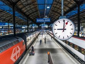 Die SBB hat Schweizer Designergeschichte geschrieben, die allgegenwärtig ist. Hier im Bahnhof Basel mit der Bahnhofsuhr, dem weissen Logo auf rotem Grund und mit der Schrift auf dunkelblauem Grund.
