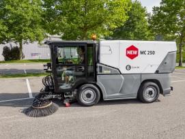 Die kompakte Kehrmaschine MC 250 erfüllt alle hohen Umweltstandards. In Düdingen konnten die Besucher der «Kärcher Kommunal Roadshow 2019» bei einer Probefahrt die Maschinen testen.