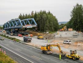 Die nördliche Brücke am Tag vor ihrer Einfahrt. Zu diesem Zeitpunkt waren die temporären Auflager bereits entfernt und die Brücke ruhte bereits auf den SPMT. Auch war sie mit hydraulischen Pressen knapp oberhalb ihrer künftigen Einbauhöhe angehoben. So wu
