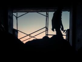 Bauarbeiter im Gegenlicht (Symbolbild)