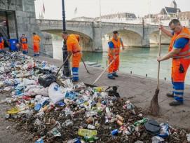 Eine Woche lang wurde der achtlos liegen gelassene Müll entlang des Rheinbords gesammelt und dann an der mittleren Brücke wieder ausgebreitet.