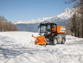 Die Saugkehrmaschine MC 130 mit Schneepflug im Wintereinsatz. Dank umfangreicher Anbaumöglichkeiten eignet sich die Maschine für den Ganzjahreseinsatz in Städten, Gemeinden und der Industrie.