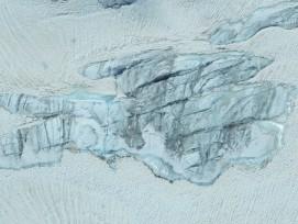 Durch die Schneeschmelze freigelegtes Gletschereis, Symbolbild.