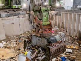 Mit viel Feingefühl in der Schaufel sortieren die zwei Bagger grosse Teile nach Materialart aus und schieben den kleinteiligen Abfall aufs Förderband zur weiteren Triage.