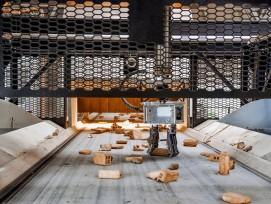 Bis zu 2000 Mal pro Stunde greift der Roboter zu und sortiert die Teile auf dem Förderband nach Steinen, Metall und Brennbarem.