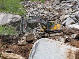 In Arvigo baut das Unternehmen Alfredo Polti SA seit 1959 Gneis ab. Im Steinbruch wird das Material nach der Sprengung sortiert.