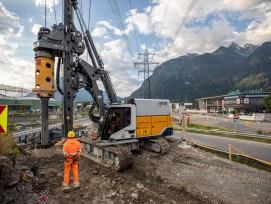 Die Feuertaufe des «LB 16 unplugged»: Das weltweit erste akkubetriebene Drehbohrgerät steht bei der Autobahn-Anschlussstelle Bludenz-Bürs in Vorarlberg im Einsatz.