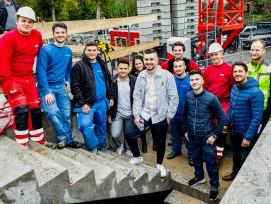 Jugendliches Teamwork: Auf einer Hochbaustelle in Rheinfelden führen die Lehrlinge von sieben Unternehmen das Zepter – und lernen dabei viel.