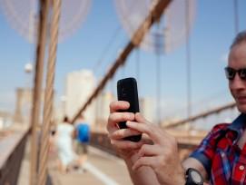 Mann mit Smartphone (Symbolbild)