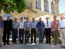 Gruppenbild der Vertreter der Siegergemeinden mit dem Jurypräsidenten und der Moderatorin im Park des Hôtel du Peyrou, Neuchâtel.
