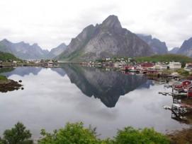 Unter einem Fjord, hier auf den norwegischen Lofoten, versteht man in Wetzikon die «Verschränkung von Siedlung und Landschaft». (Bild: Radlfan/pixelio.de)