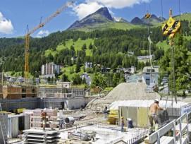 Der Kanton Graubünden, im Bild Davos, ist der Meinung, dass die Gemeinden für die Beurteilung von Baugesuchen allein zuständig seien. (Bild: Michael Straub, Davos Wiesen)