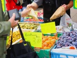 Wer am Wochenmarkt einen Stand erhält, entscheidet die Gemeinde - wenn die Kriterien adäquat sind. (Bild: Susanne Schmich / pixelio.de)