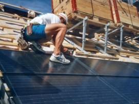 Wird im Kanton Zürich künftig stark erleichtert: Installation einer Solaranlage. (Bild: zvg)